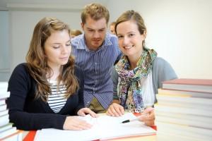 Studierende suchen nach Informationen