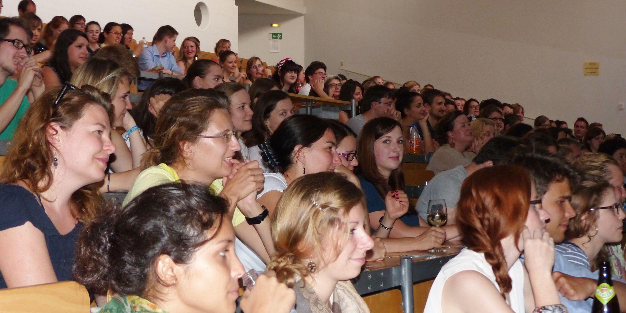 Begeisterte Zuhörer beim Passauer Benefiz Science-Slam 2013