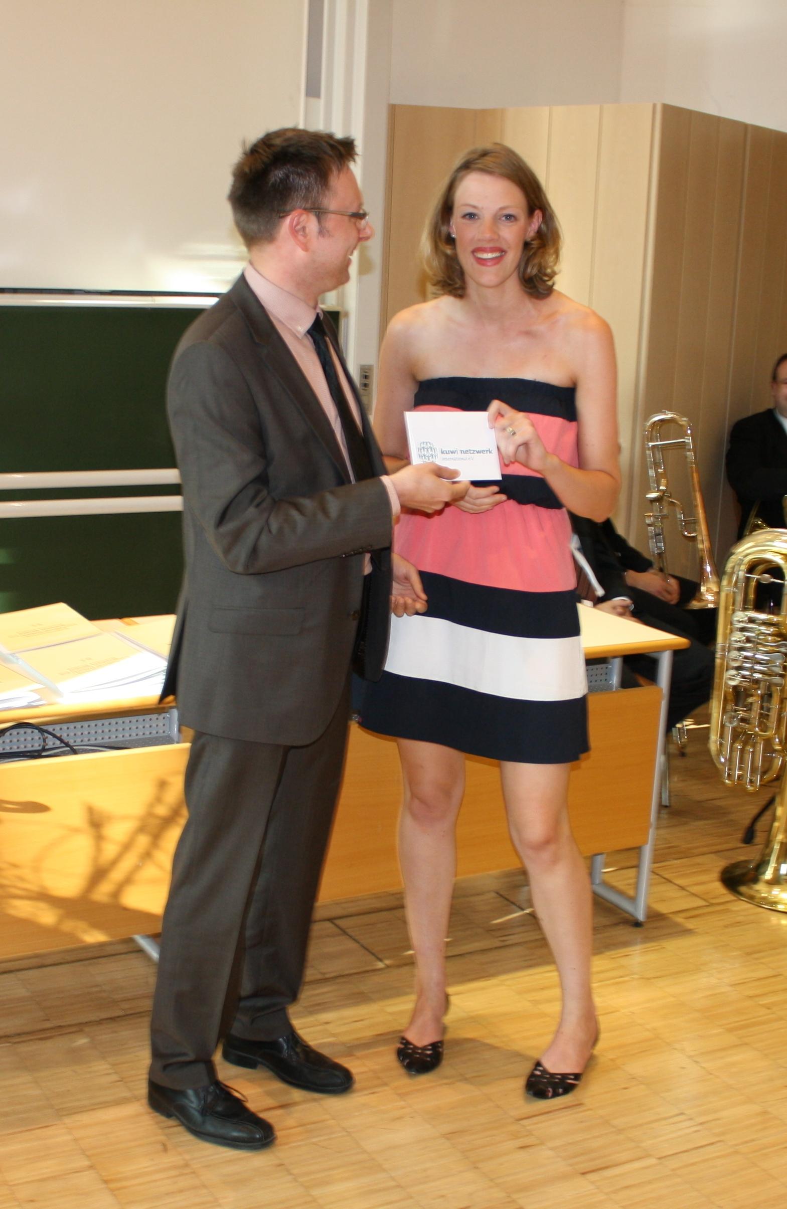 kuwi netzwerk - Geschäftsführer Christian Märtlbauer und Preisträgerin Maria Larissa Stoy