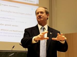 US-Botschafter John B. Emerson stellt sich beim ʺTown Hall Meetingʺ im Audimax der Universität Passau den Fragen der rund 700 Anwesenden.