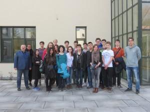 Die Schülerinnen und Schüler des Asam-Gymnasiums mit Prof. Dr. Martin Kreuzer (ganz links) und zwei Lehrkräften.