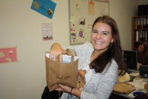 O-Wochen-Organisatorin mit  Quietschie-Tüte