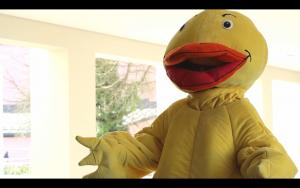 Die Quietschie-Ente erklärt die CampusCard