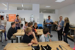 Eine Schulklasse der Mittelschule St. Nikola Passau lernen von Studierenden der Universität Passau, was es mit der aristotelischen Hui-Maschine auf sich hat