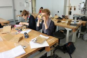 Anhand von selbstgebauten virtual-reality-Brillen ergründen die Studerenden Hilary Putnams berühmte Frage: Sind wir nur Gehirne im Tank?