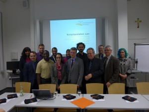Staatssekretär Bernd Sibler (Mitte) informierte sich im Rahmen eines bildungspolitischen Gesprächsabends mit Msgr. Prof. Dr. Dr. Fonk (4.v.r.), Zsofia Schnelbach (6.v.l.), Paul Grünzinger (3.v.r.), Prof. Dr. Hans Mendl (2.v.r.), Prof. Dr. Harry Haupt (5.v.r.) und Studierenden über den Masterstudiengang Caritaswissenschaft und Werteorientiertes Management. Foto: Nino Schata