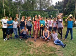Frau Seydel (5.v.l.) mit unbegleiteten minderjährigen Flüchtlingen nach einem Fußball-Spiel