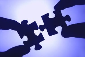 Zwei Puzzle-Teile werden zusammengefügt