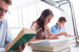 Studierenden in der Bibliothek beim Lesen