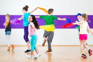 Kinder beim Sportunterricht mit Musik (Foto: Colourbox)