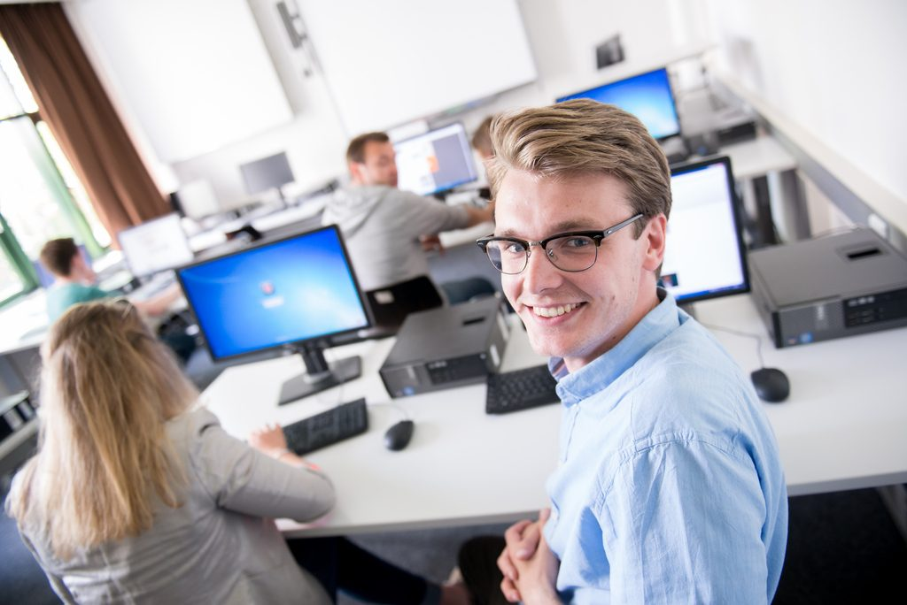 Studierende vor PCs