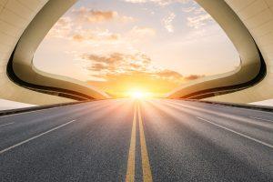 Bild einer Straße mit Sonnenuntergang