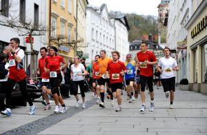 Sportlerinnen und Sportler beim Domlauf in Passau