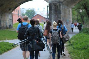 Teilnehmende des Fotoprojekts 'Passau im Fokus' mit Fotoausrüstung