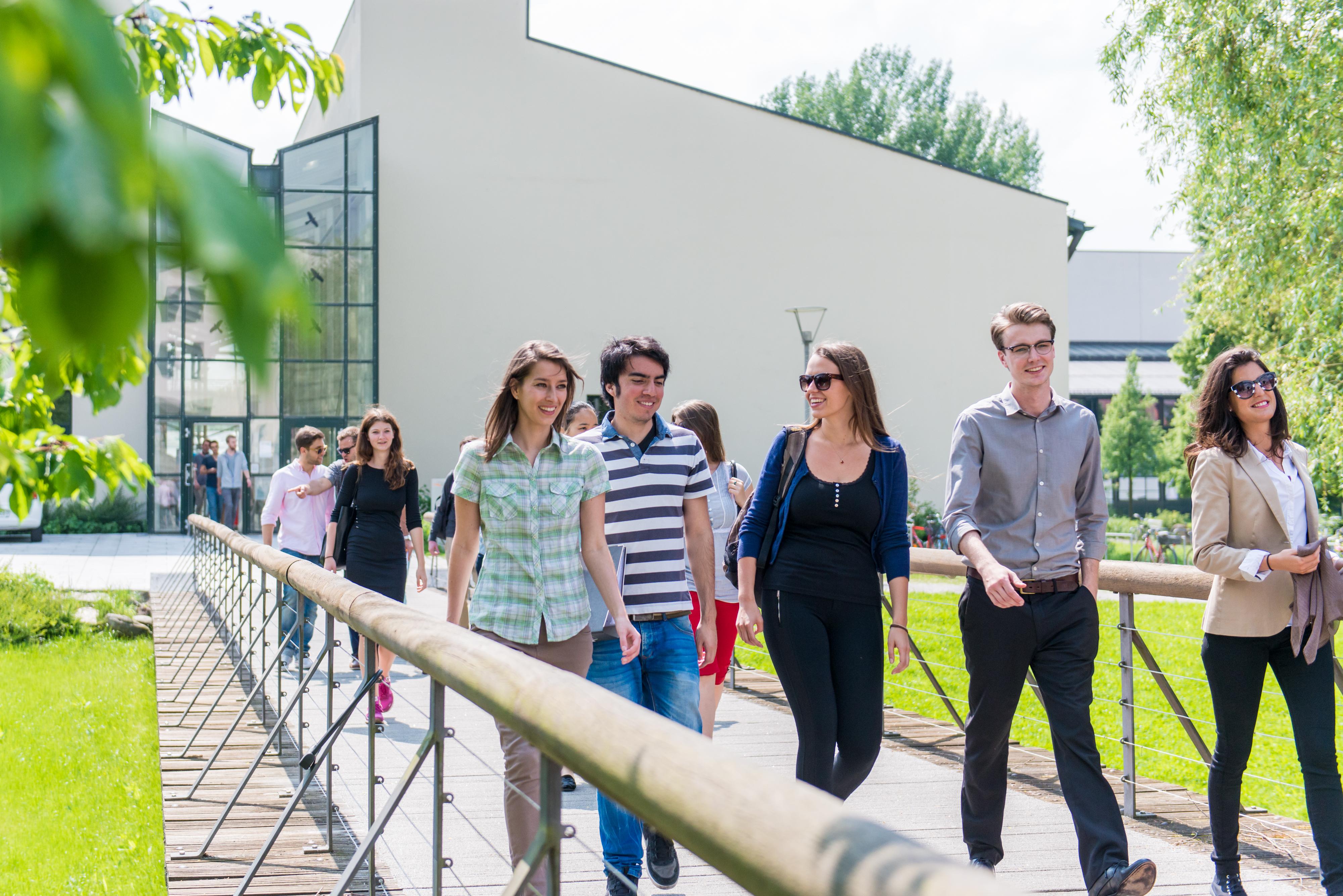 Studierende auf dem Campus der Universität Passau