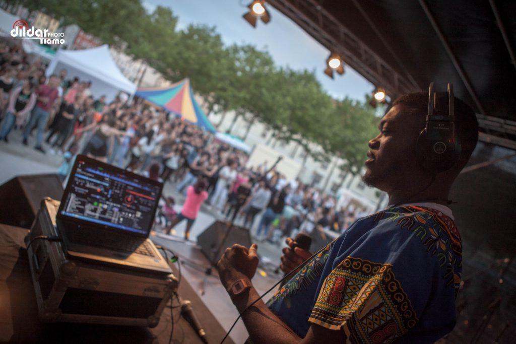 Der Klostergarten verwandelt sich für ein Wochenende in ein kleines Festival mit Bühne und internationaler Live-Musik - und das kostenlos.
