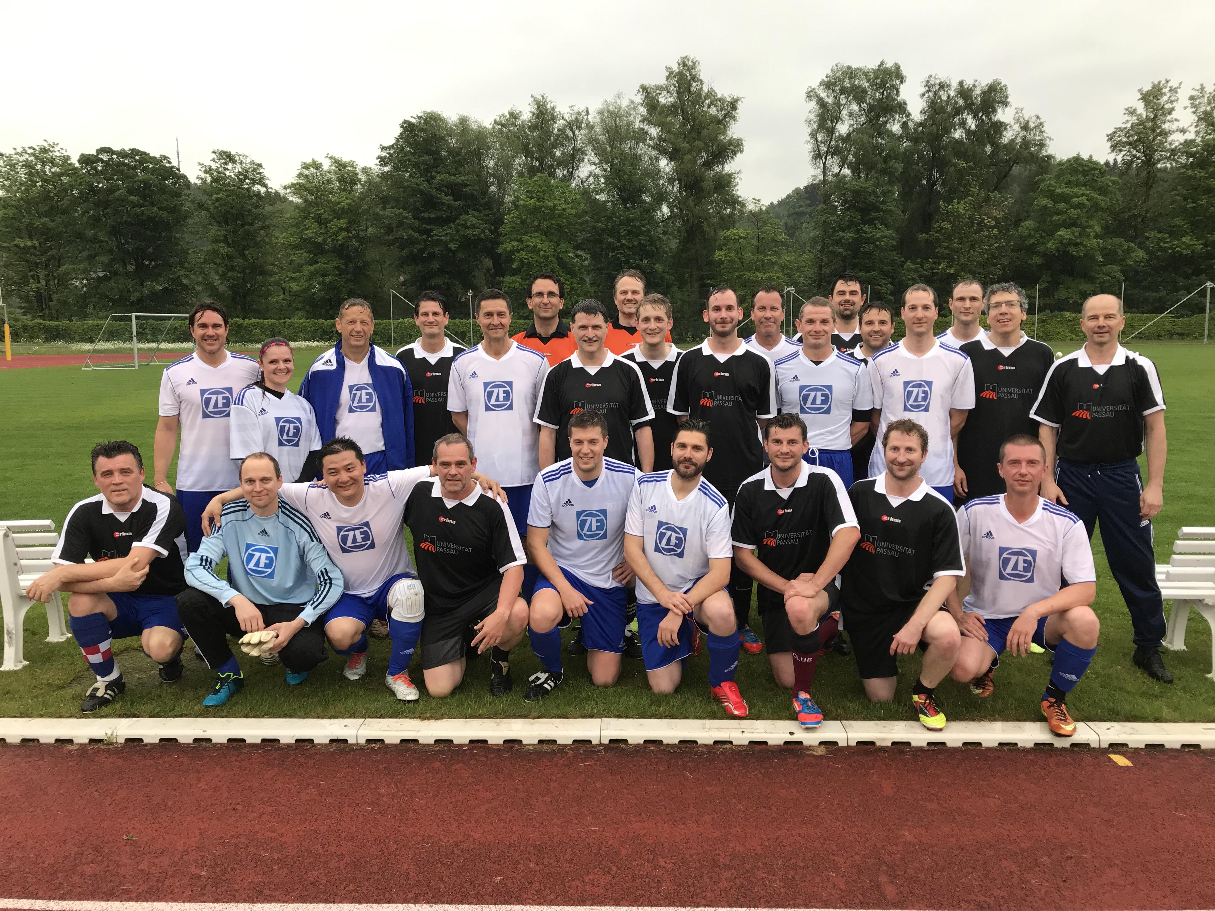 Die Teams der Universität und der ZF trafen sich auf dem Sportplatz der Universität.