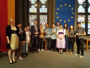 Der Oberbürgermeister Herr Dupper mit Frau Dallmeier (Leiterin des Akademischen Auslandsamt), Frau Haack (iStudi Coach) und einigen internationalen Studierenden, die an der Veranstaltung teilgenommen haben.