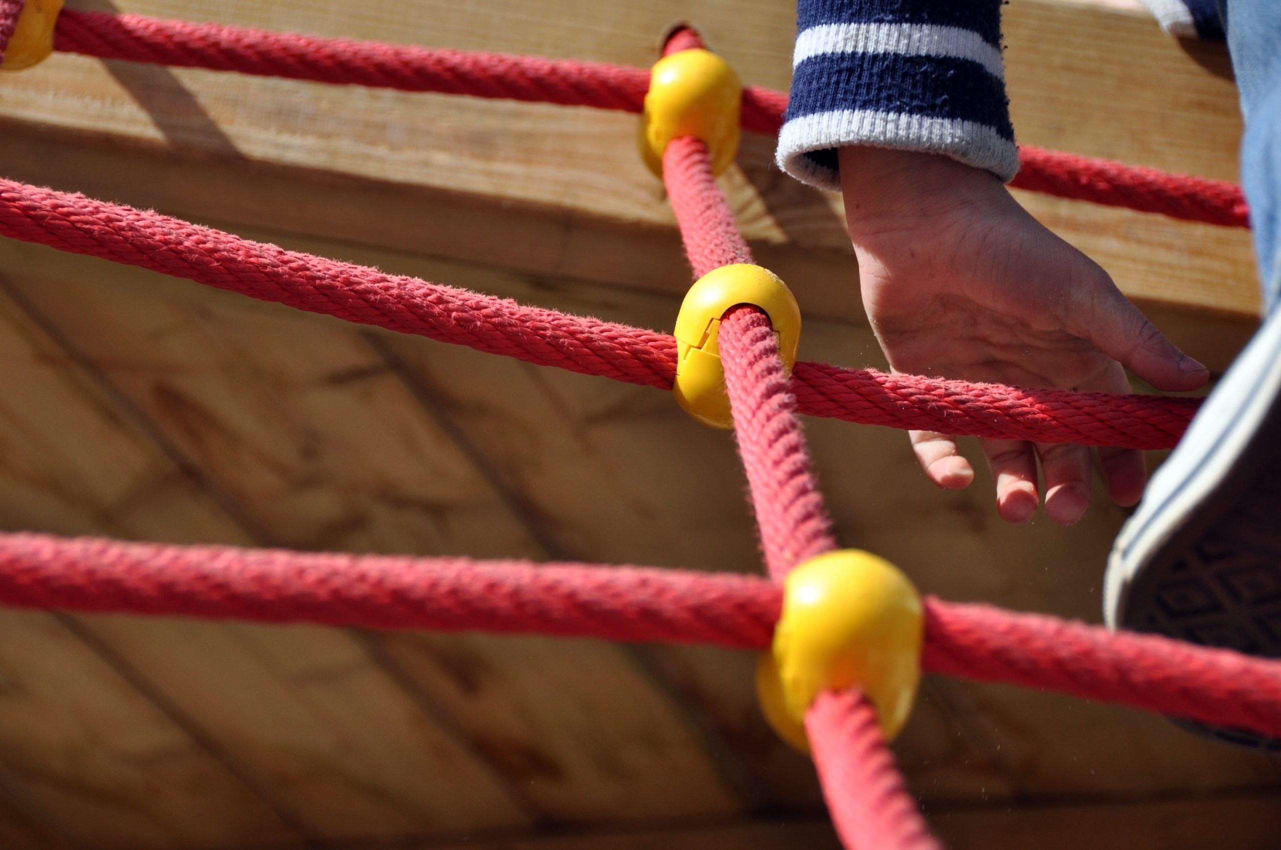Eine Hand auf einem Klettergerüst