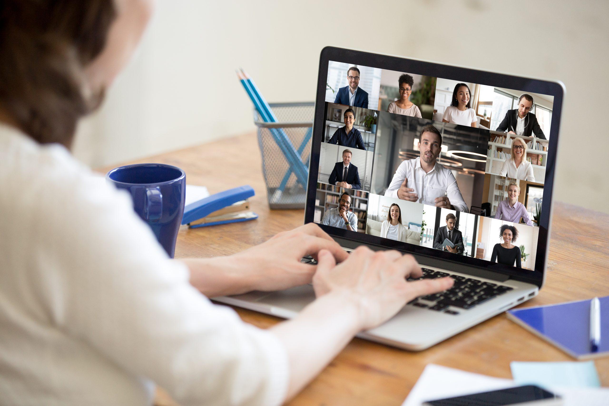 Eine Person nimmt an einer Video-Konferenz teil