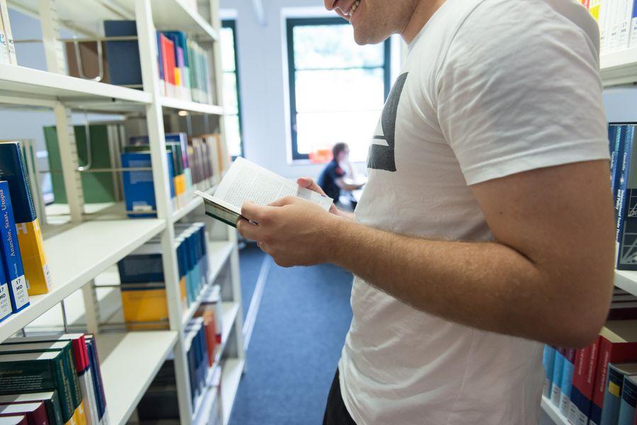 Student in Zentralbibliothek